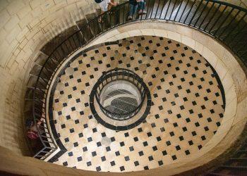 Un étage et escaliers